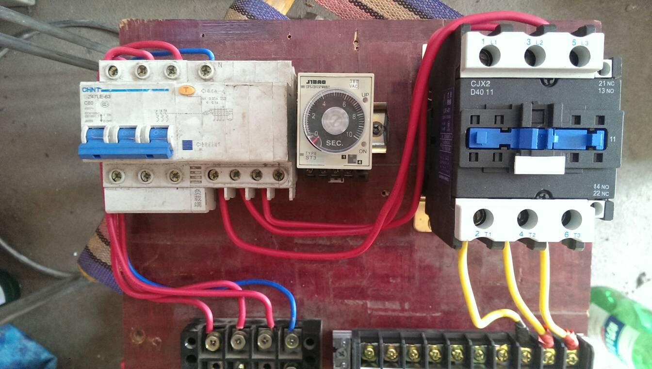 一个时间继电器,一个接触器如何控制三相电机的启动和停止,求电路图