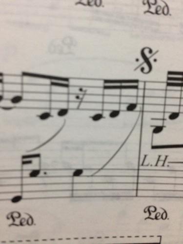 高音谱号的音符用一根弧线划到低音谱号的音符上是什么意思