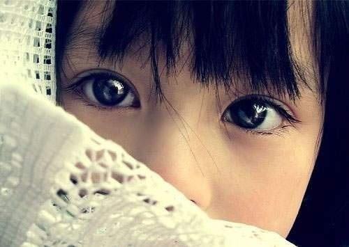 能帮我找一下:小女孩乌黑的头发,一双水灵灵的眼睛,挺