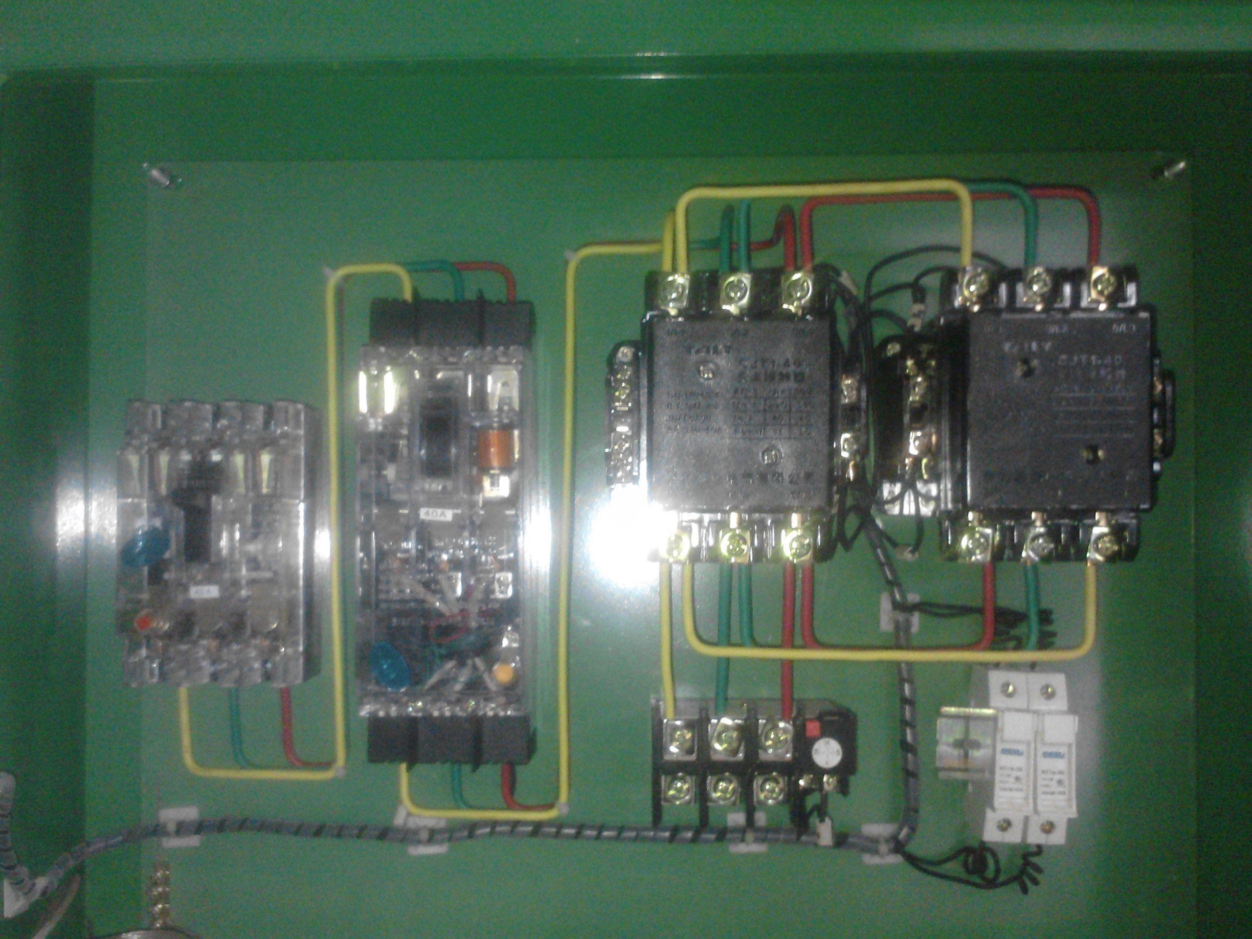 一个断路开关,两个接触器,一个热保护,控制电机正反转