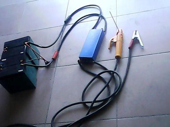 【电瓶电焊机工作原理】它是利用电感线圈的自感电动势起弧,根据电瓶