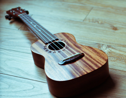 6,尤克里里学习要比吉他简单,按弦更容易. 7,外观区别如图.