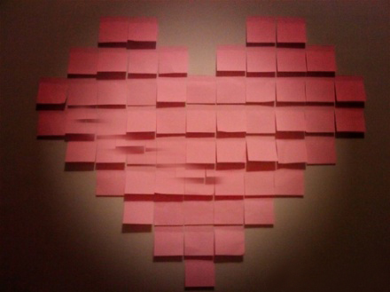 在墙上怎么用便利贴贴爱心的形状?图片