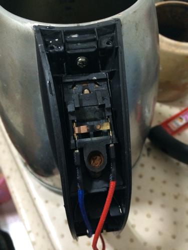 万能的网友们电水壶开关拆了.怎么安装啊.