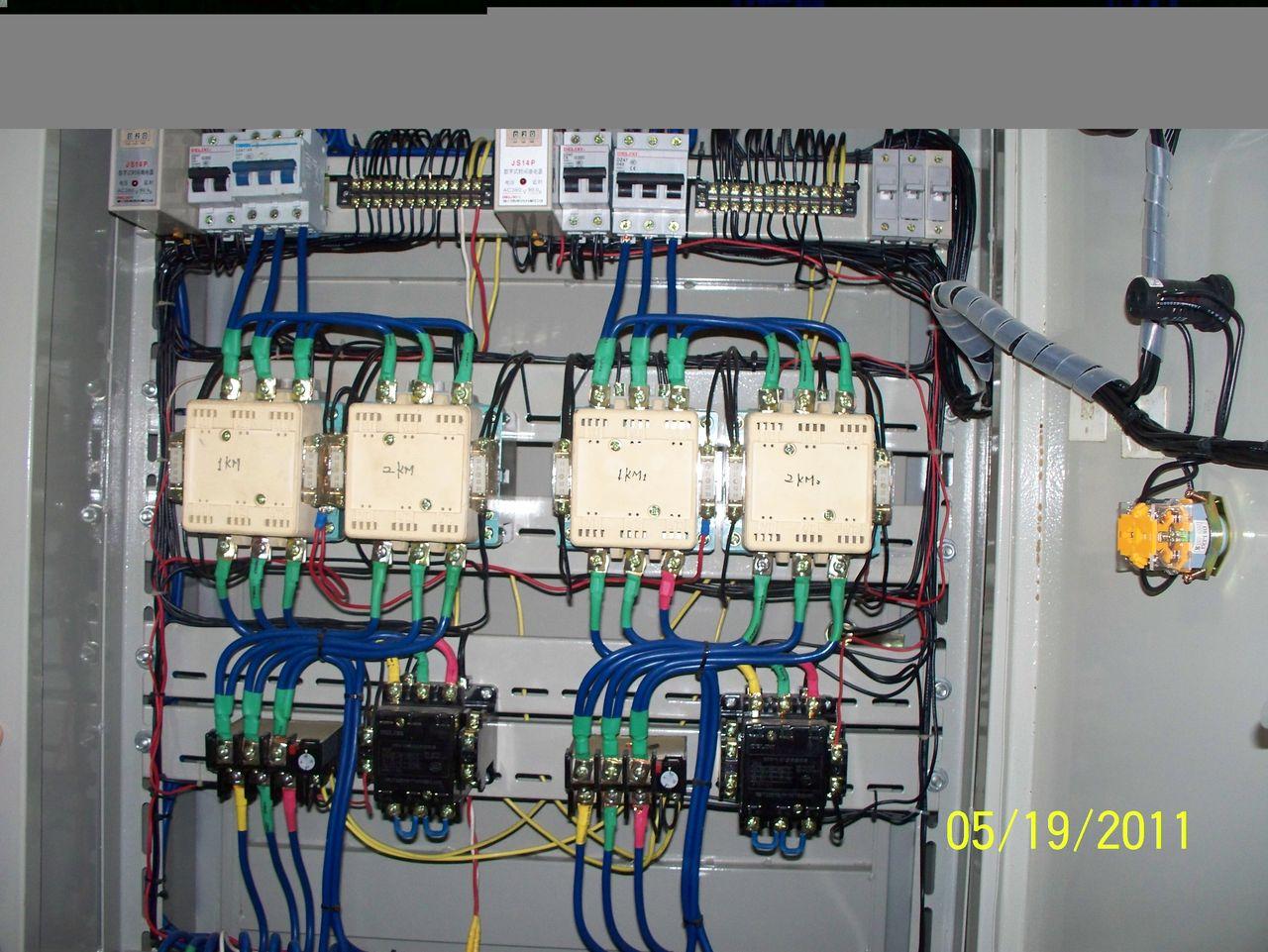 能给个接线图最好. 黑色的接触器下端主触头为什么要串接?