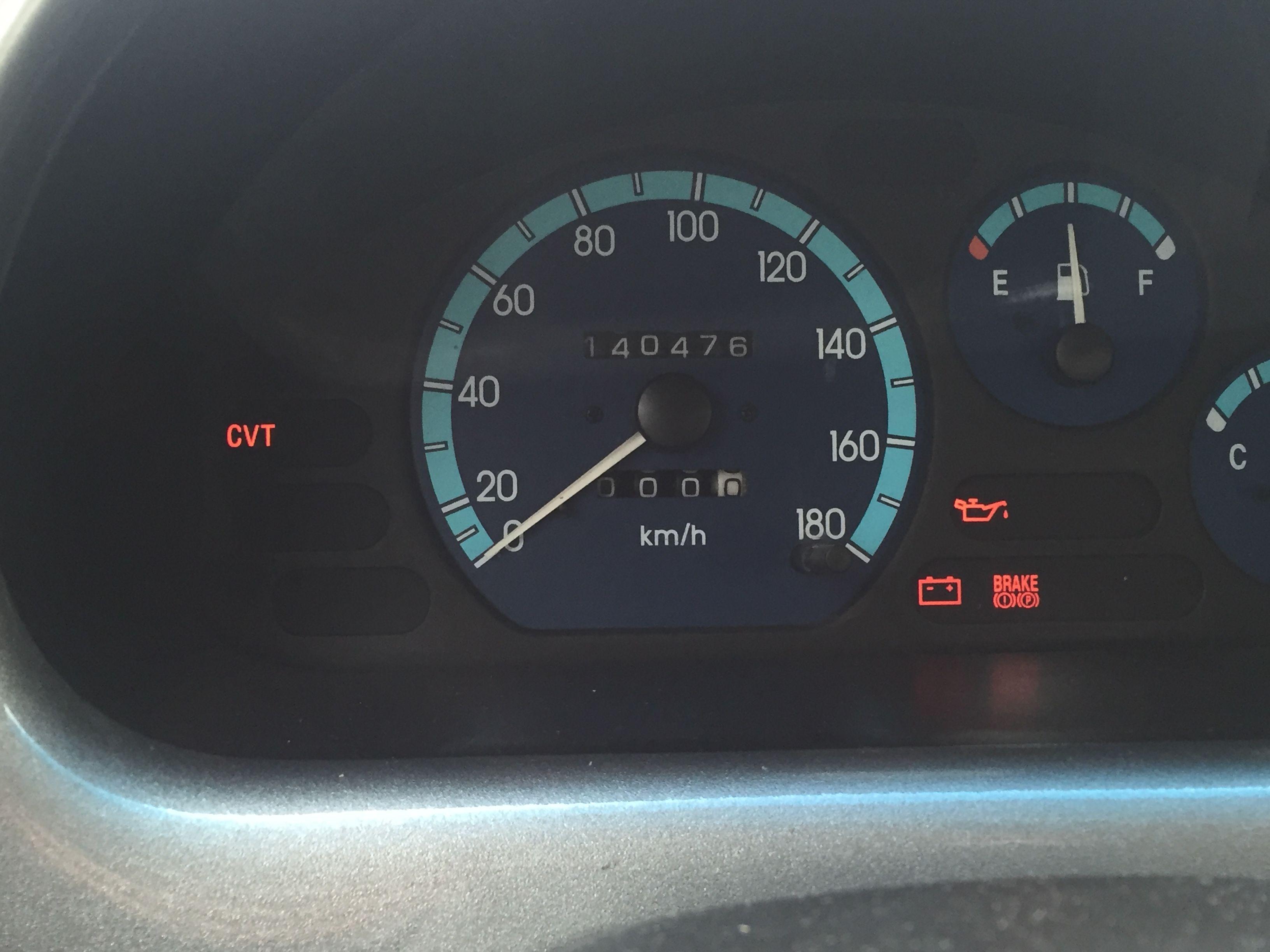 汽车仪表盘亮了几个灯