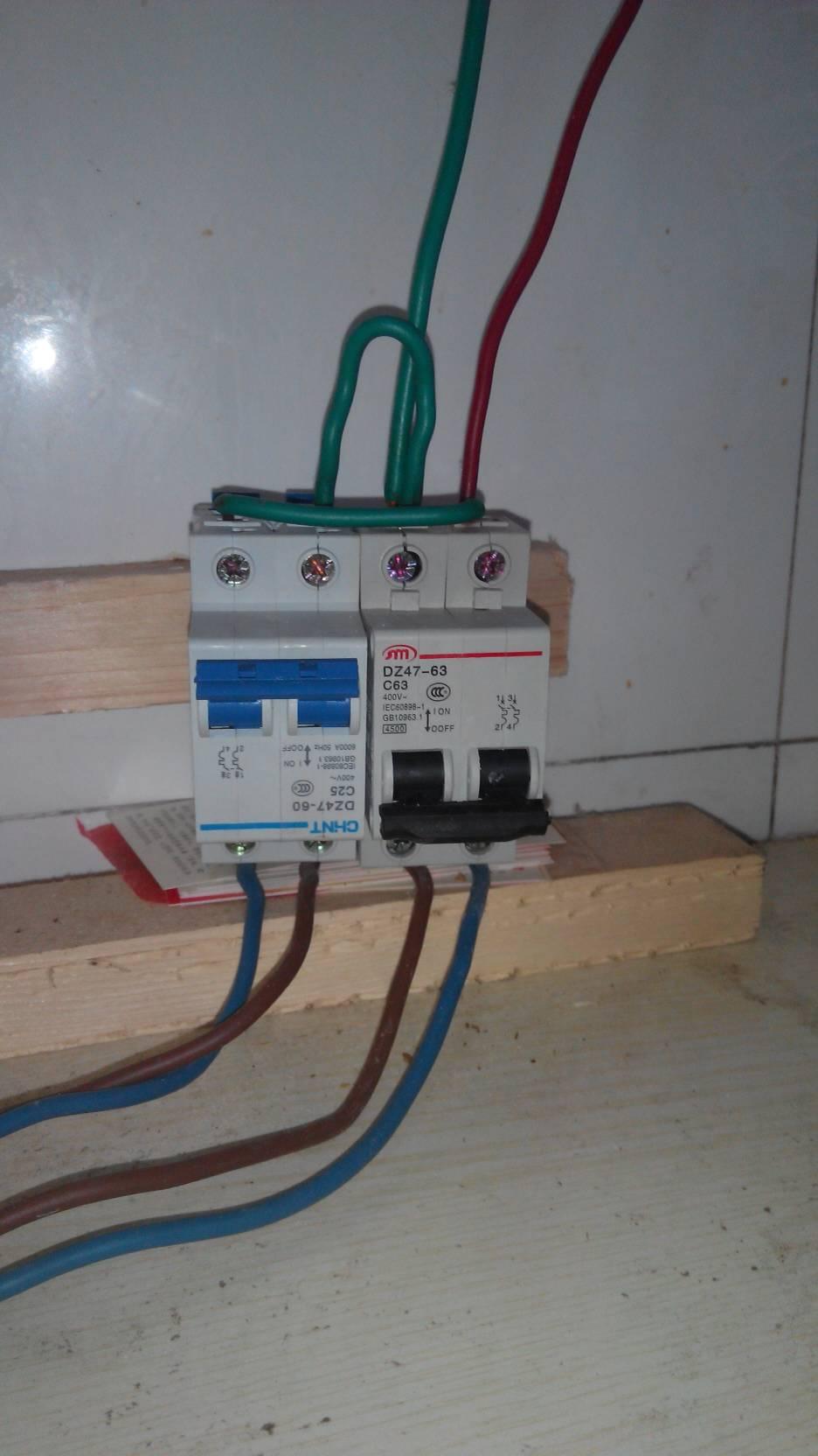 两个4500瓦的电锅结了两个开关并联到一个线上.为什么