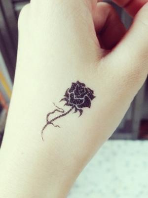 我有一个玫瑰花的纹身贴贴在哪里好看