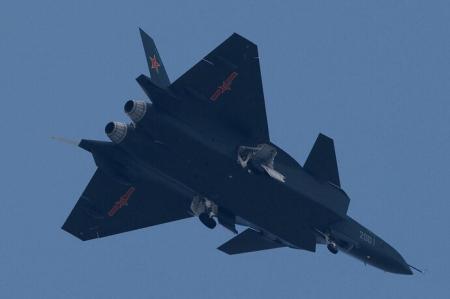 侧弹舱采用创新结构,可将导弹发射挂架预先封闭于外侧,同时配备中国