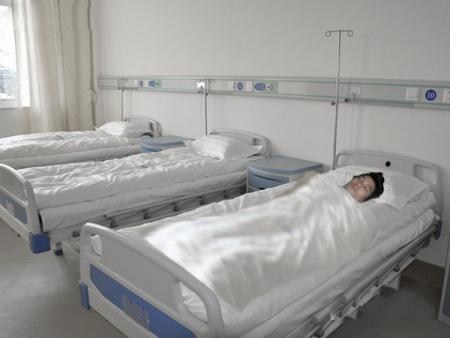 求大神帮我ps一张在病房的图片