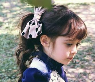 妈妈们可以试着将她的头发烫卷,再打造成空气感刘海,很时尚有韩范,扎图片