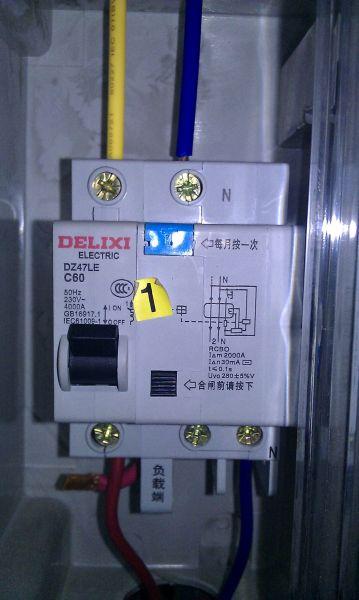 漏电开关是不是上面接线下面出线?还有在闸刀上接左火