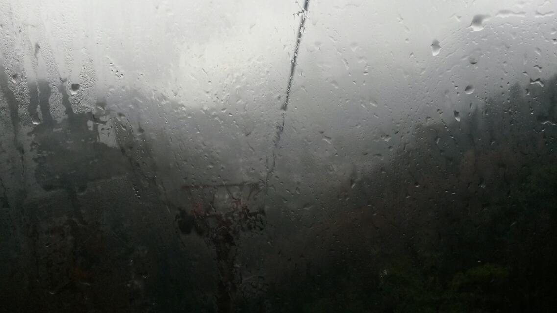 雨水打在缆车的玻璃上.图片