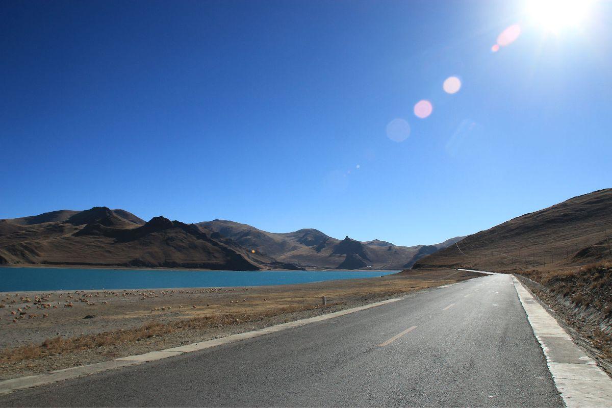 羊湖边的大路图片