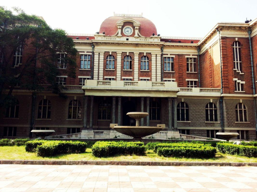 天津外国语大学的教学楼之一,专门找到这学校除了想看看学校的风采以