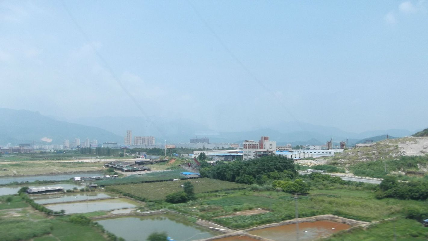 火车窗外的风景图片