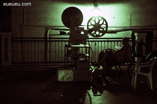 老式的电影放映机,还有电影放映员,让人想起图片