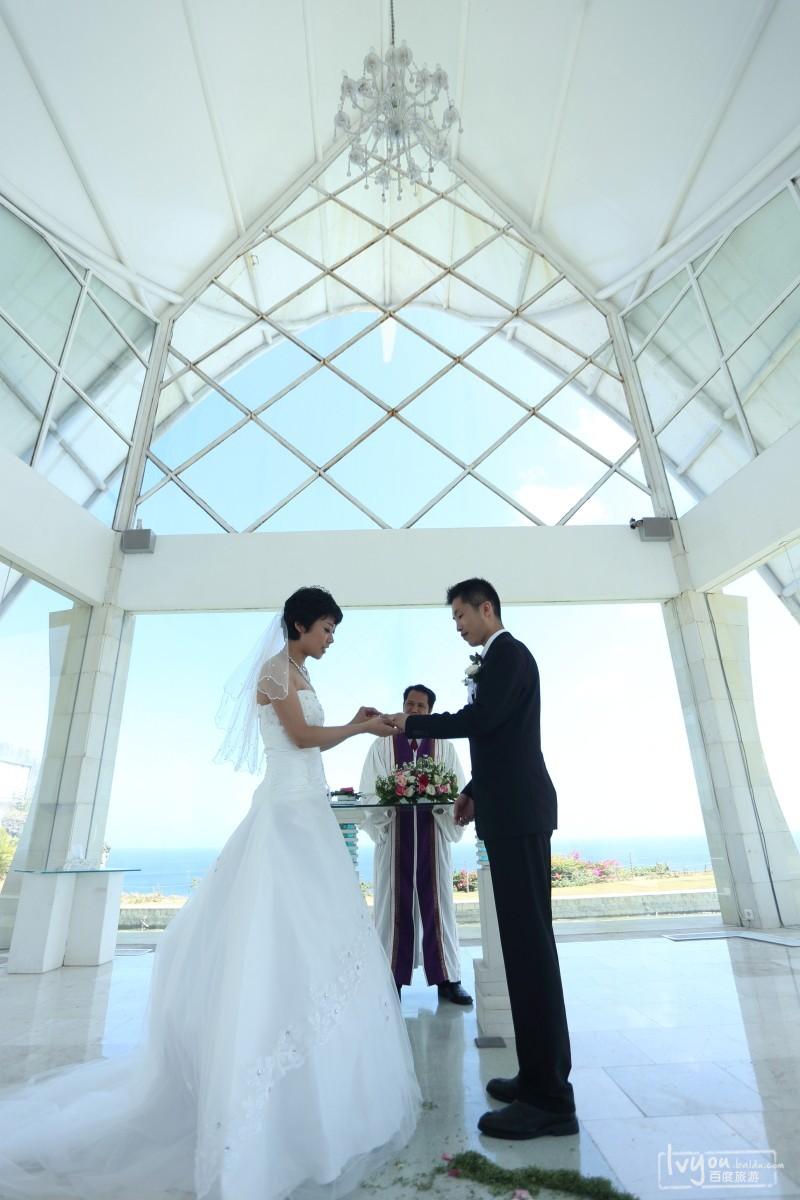 圆你巴厘岛白色教堂婚礼梦