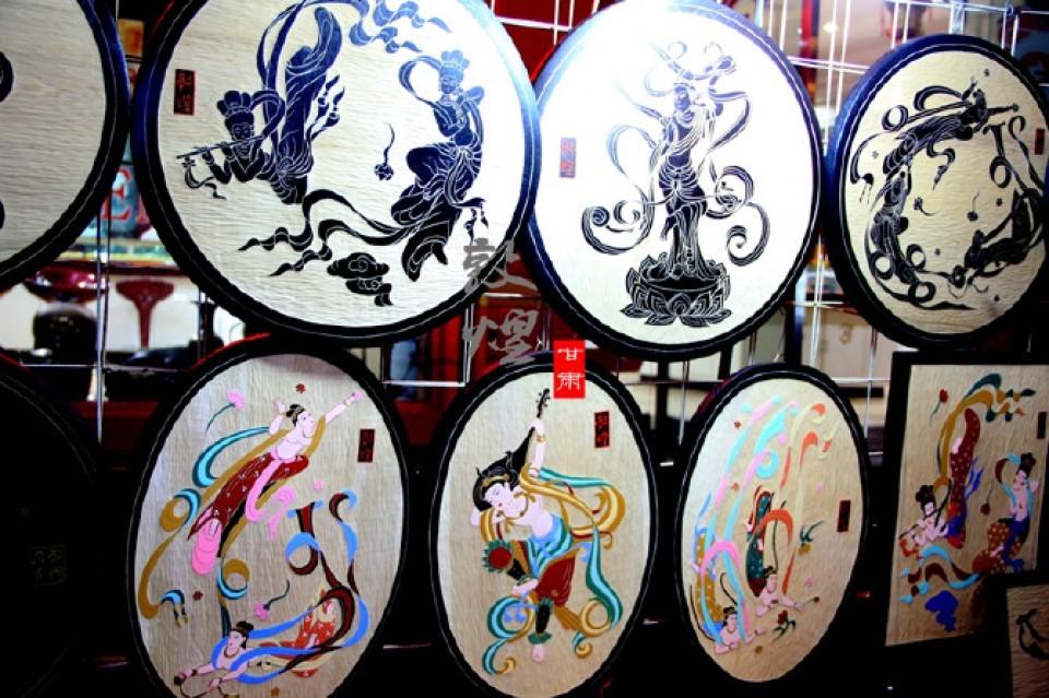 特别是这种刻有飞天图案的木盘,价格也不贵,关键是很强的艺术性和敦煌图片
