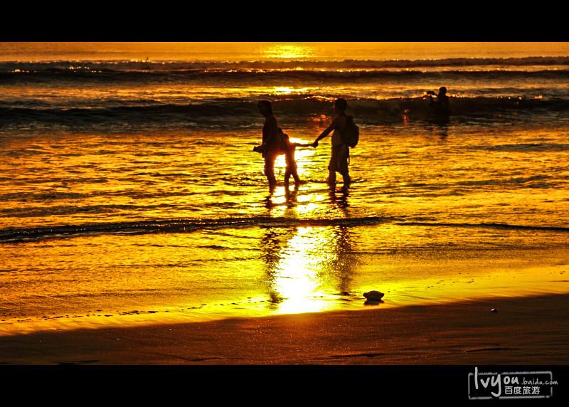 【一家人幸福的漫步海边,无比温暖,格外温馨】
