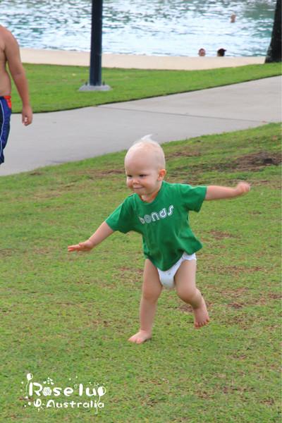 学走路的小孩很可爱