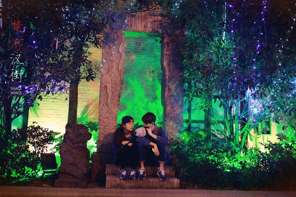 坐在魔幻森林里的年轻小情侣