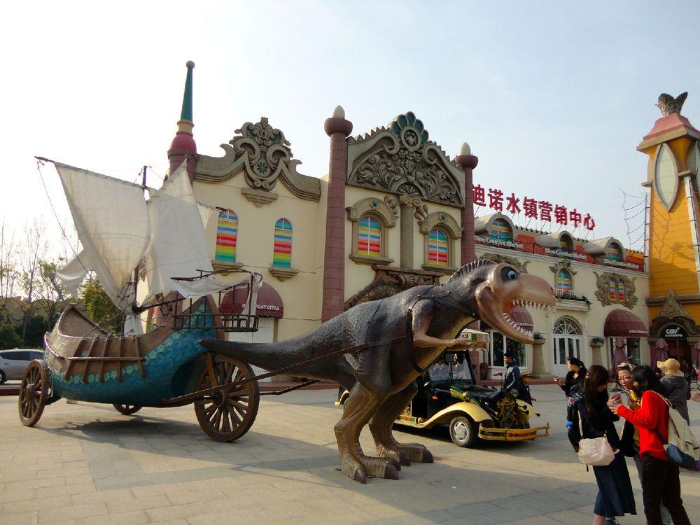 入口处的恐龙雕塑图片