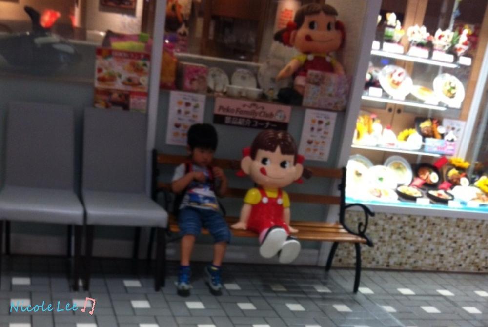 小男孩跟不二家的牛奶妹坐在一起,好可爱啊图片