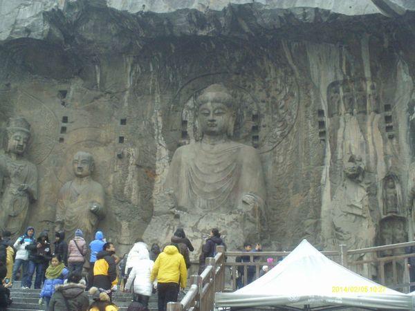 龙门石窟内的卢舍那大佛图片