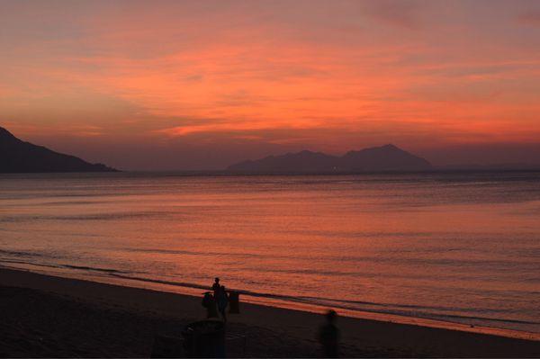 海边日出红似火图片