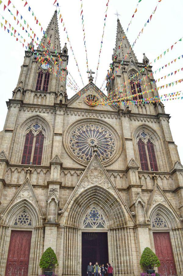 正立面的钟楼上耸立尖塔,是哥特式教堂建筑风格的特征图片图片