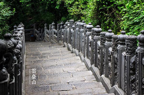 入口两旁的柱子雕刻的很立体~石板路很幽静图片