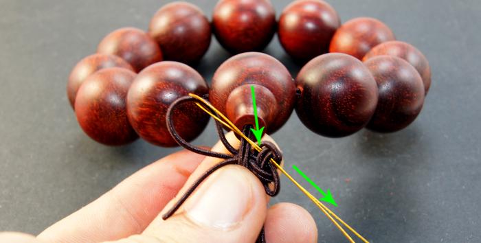 中国结的编法图解按照下图方法将手串的两根细线对折 对折好以后,按照