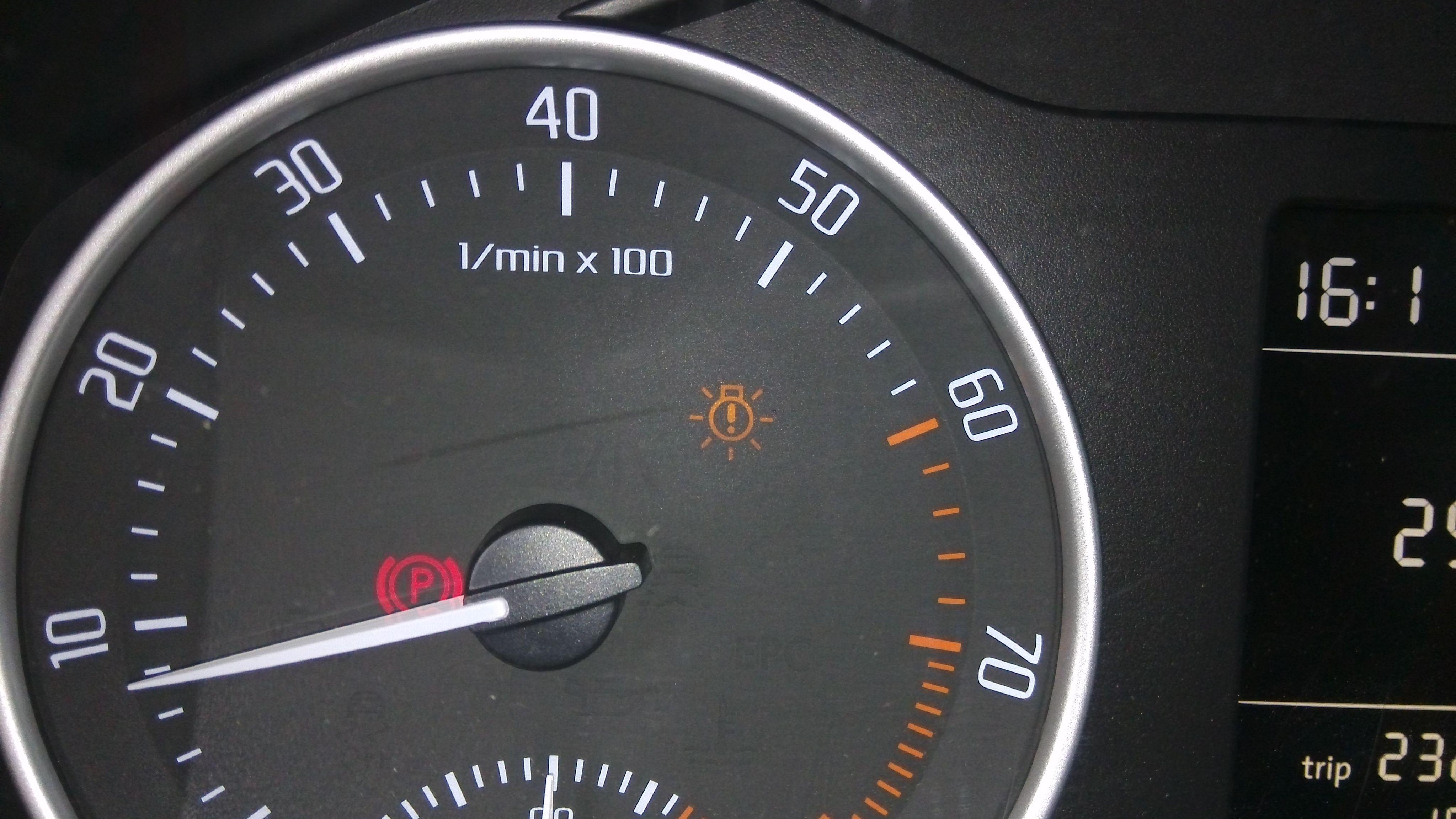 10 汽车仪表盘上的车灯总开关图标亮着,右转向灯图标跳动频率比平时
