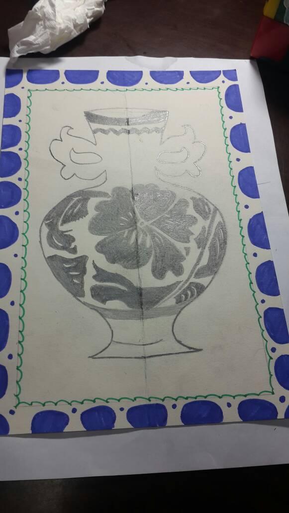 花瓶上半部怎么画呀?中间空白的应该画什么图案