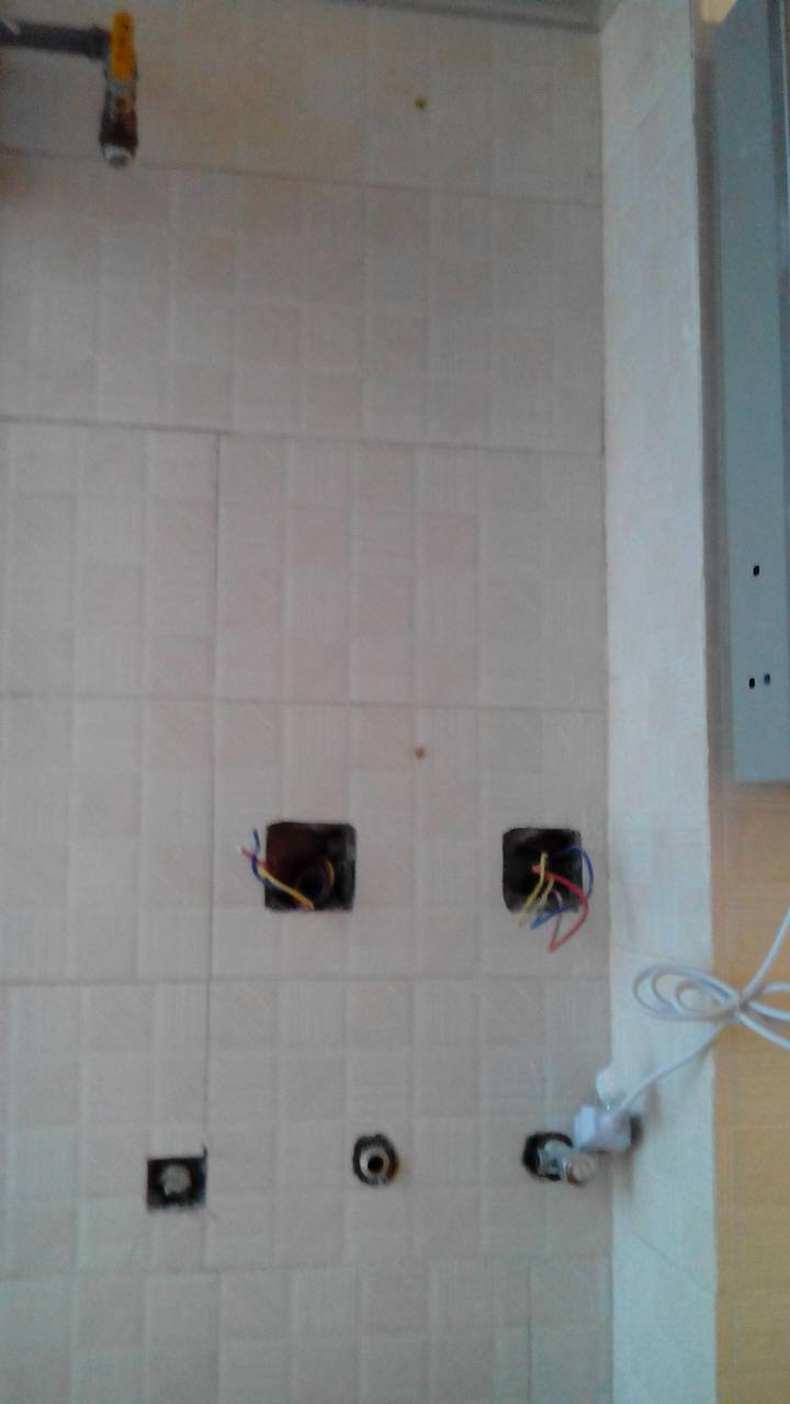 想请教一下,天然气热水器装这个位置可以不,还有热水器的排气管用软管图片