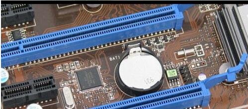 图片中纽扣电池旁边贴着绿色便签的就是这块主板的cmos芯片