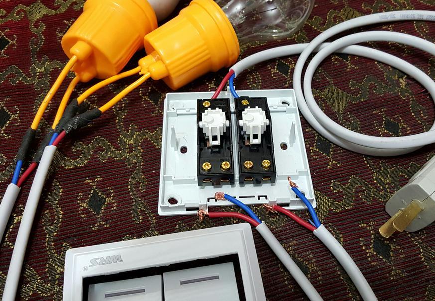 双控开关怎么接线? 100 双开开关分别控制两个灯这个怎么连接线?