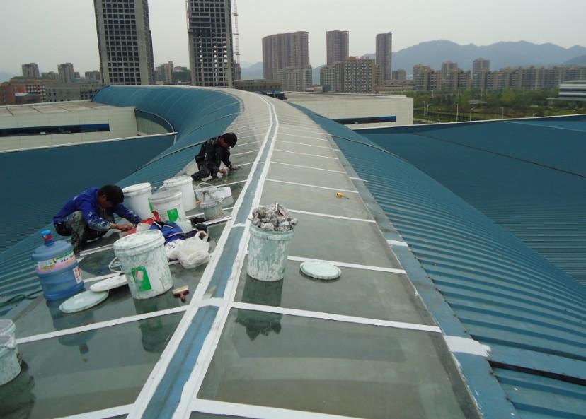 玻璃胶施工_料,一般打玻璃胶只是治标不治本,过不了一个夏天就又漏了!