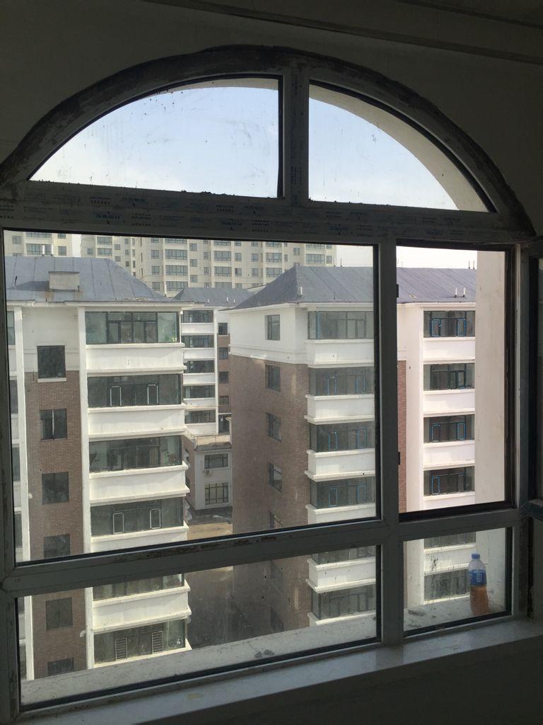 窗户边框半圆的,那个窗户和墙砖中间那个地方用什么挡住比较合理?
