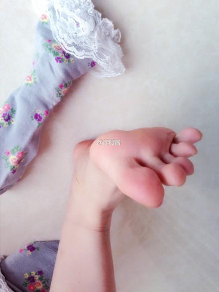 谁有10-15岁小女孩光脚的写真