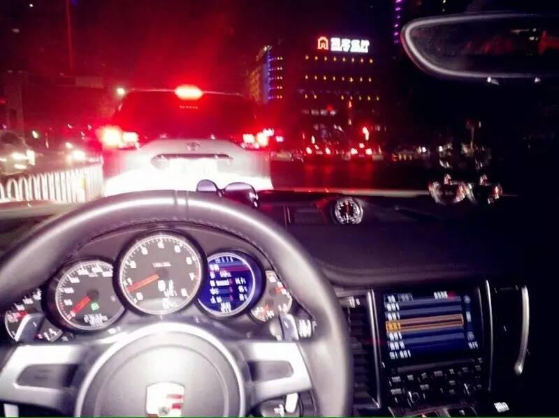 开车去街上吃饭,等红绿灯的时候和我堂哥小聊了一下,心情瞬间被破坏了