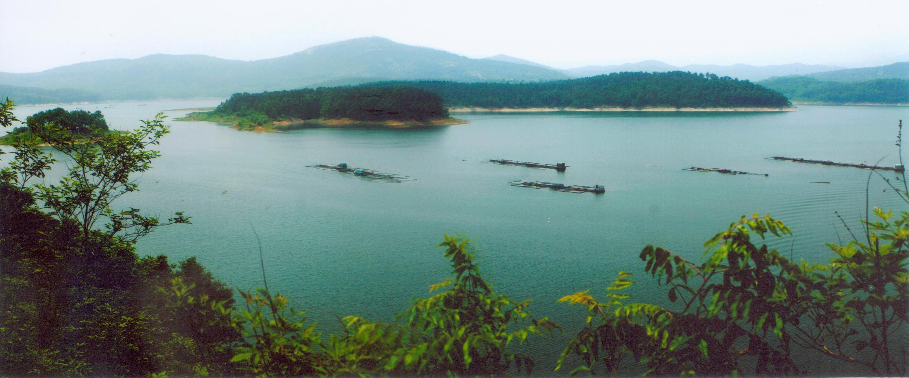 薄山湖风景名胜区位于河南省驻马店市确山县城南l8公里处,京珠高速公