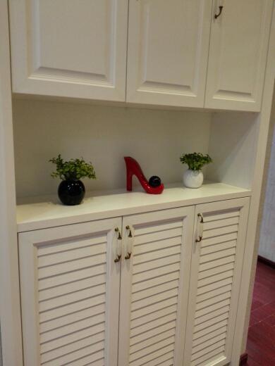 进门鞋柜到顶白色开放漆带木纹理,与鞋柜对着厨房门一定要用白色门吗?