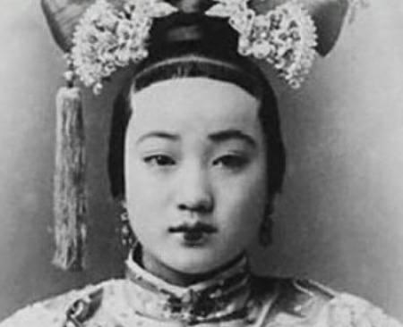 清朝妇女发型是不是都把额头前面剃光,留级短的刘海?图片