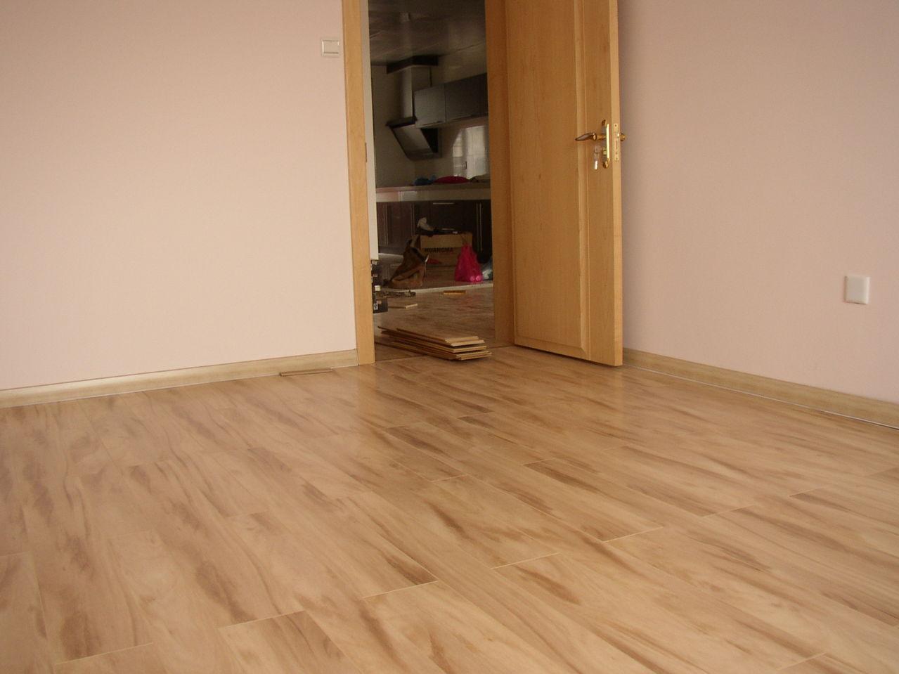 我当时用是生活家的一款复合地板,颜色是浅淡的黄色,跟门比较搭.