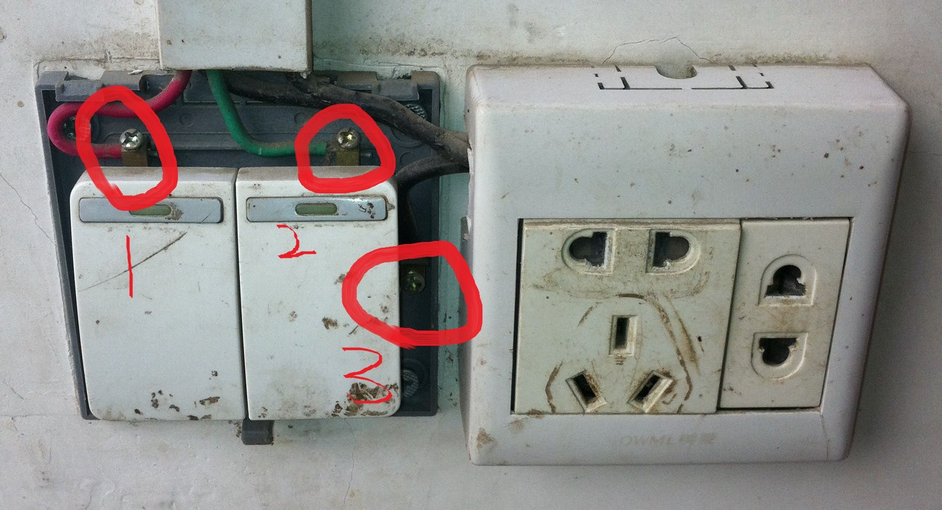 这是之前老的开关,1.2.3.三个接线点旁边接了个插座.