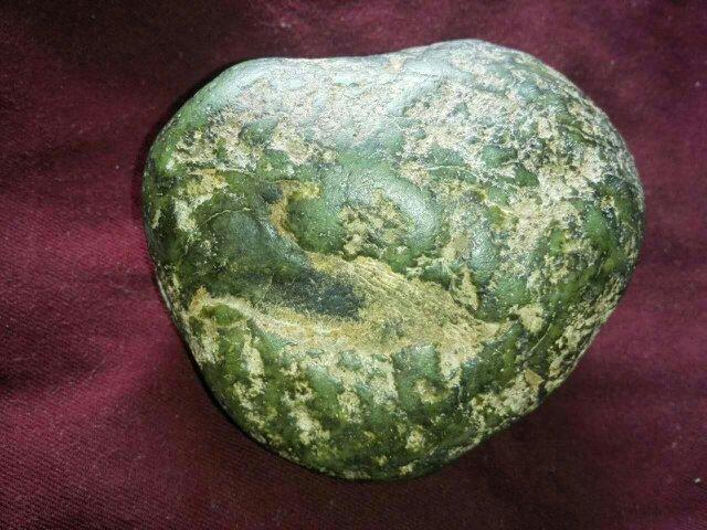 西藏墨绿玉石原石值多少钱一克?