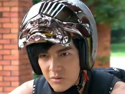新终极一班里汪大东带的摩托车头盔那里有卖的.