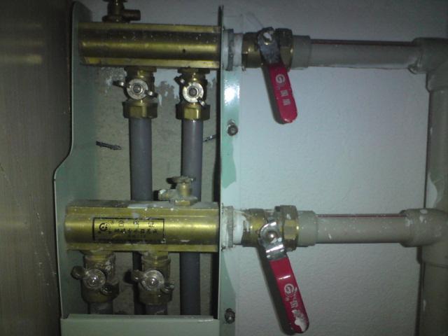 地暖开关怎样算是开,右边红色把手的开关还有上下各2个的小阀门应该图片